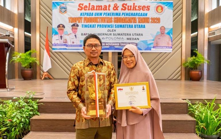 Couplepreneur Donita menerima piagam penghargaan siddhakarya gubernur sumatera utara